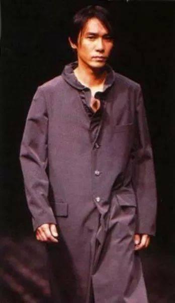 梁朝偉12年前為Yohji巴黎行Show? 隱世時尚男神最愛New Balance!